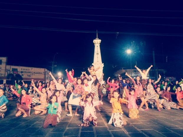 Ini dia #JampiGugat --> 100 penari menari dalam waktu 5 menit di tugu #Jogja. Thats it, 5 mins only!